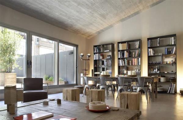 Dinamičen industrijski stil moderne dnevne sobe